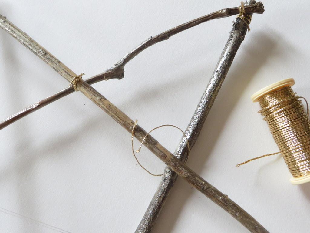 Comment fabriquer une étoile en branche de bois - Joli Place