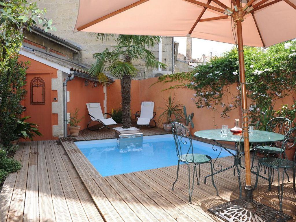 Au bord d'une petite piscine - Joli Place