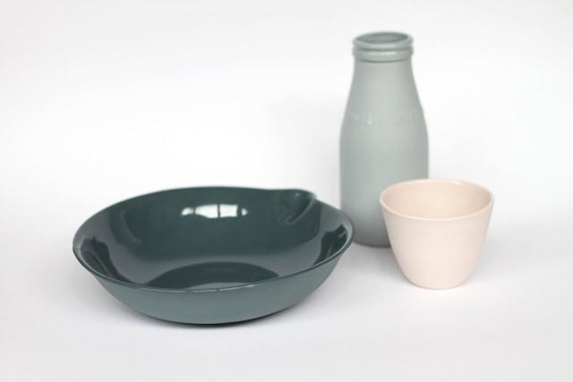 Bouteille de lait et tasse en céramique pastel