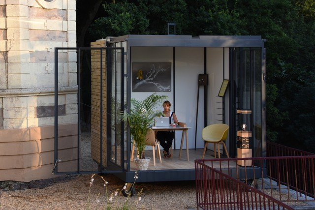 un cube dans le jardin joli place. Black Bedroom Furniture Sets. Home Design Ideas