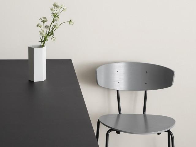 Vase en métal blanc