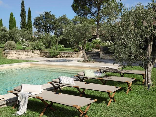 6 id es d co autour d 39 une piscine joli place for Chaises longues de piscine