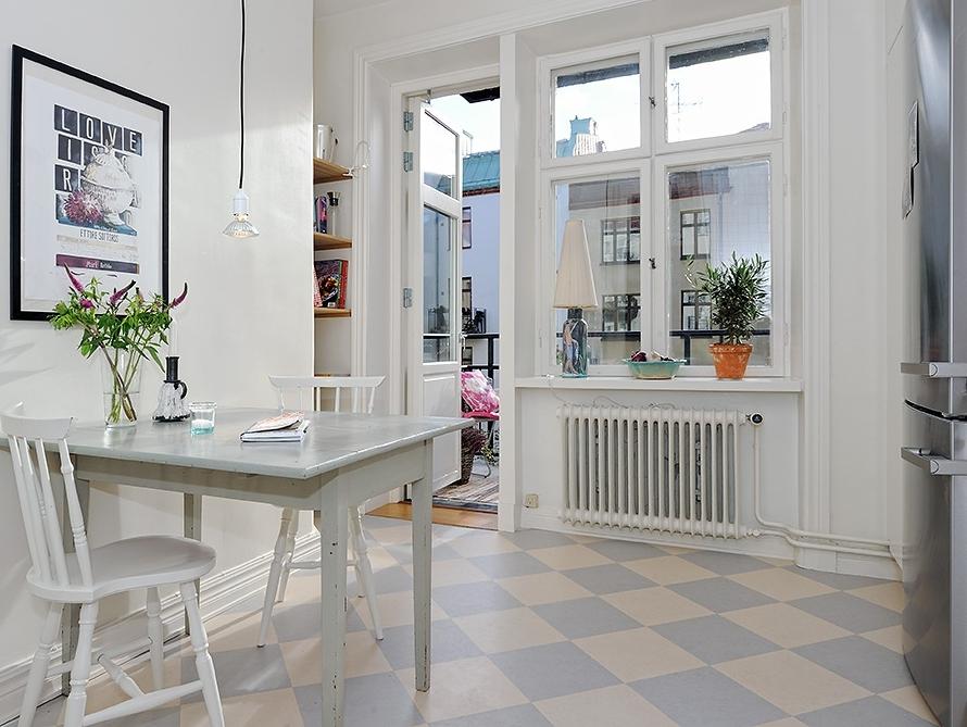 Osez le sol damier joli place - Parquet dans la cuisine ...