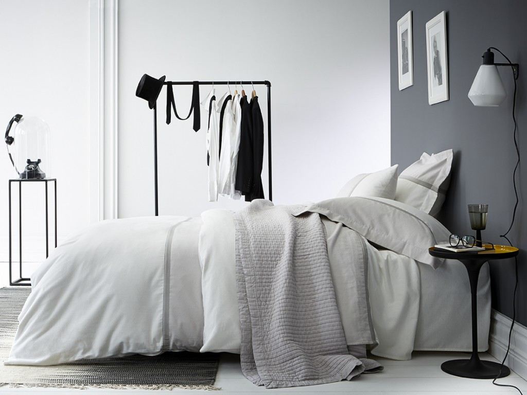 Une chambre la d co grise joli place - Chambre mur gris ...