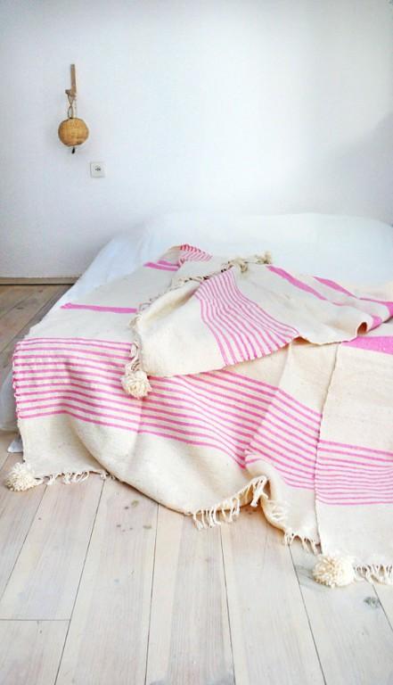 couverture marocaine rose et blanc