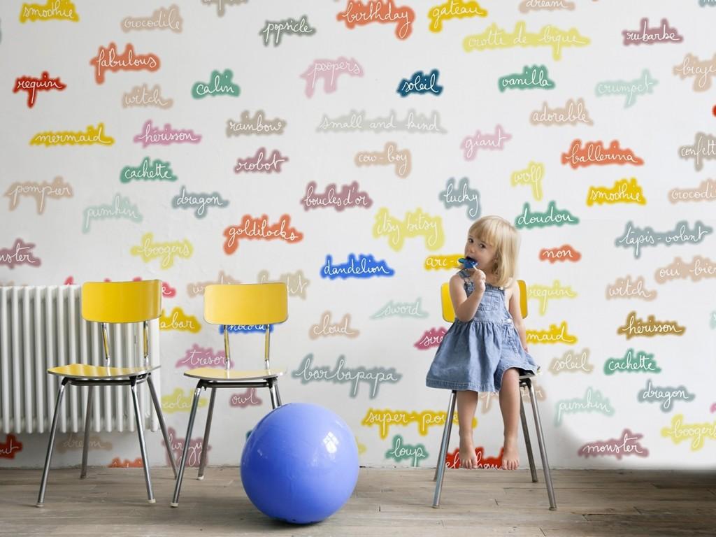 Des papiers peints blancs aux motifs enfantins joli place - Papier peint chambre bebe fille ...
