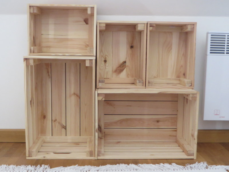 une biblioth que fabriqu e avec des caisses en bois joli. Black Bedroom Furniture Sets. Home Design Ideas