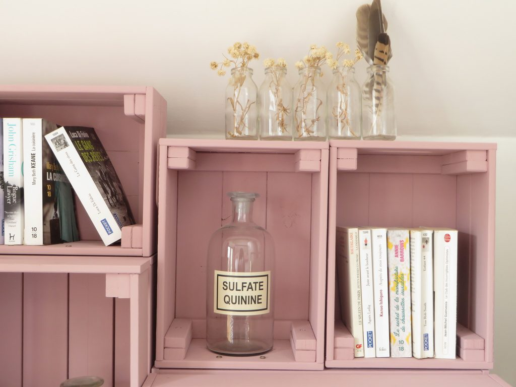 Une bibliothèque fabriquée avec des caisses en bois - Joli Place - Bibliotheque Diy