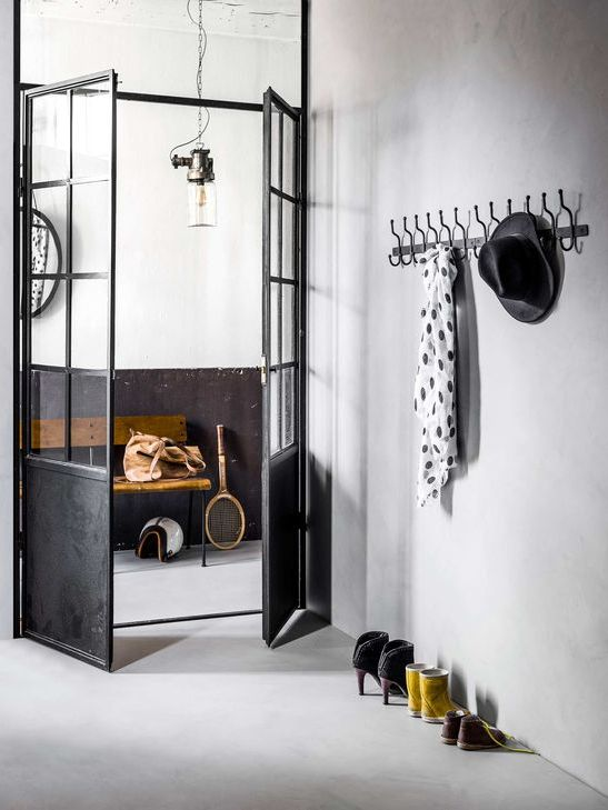 installez une porte d 39 atelier dans votre entr e joli place. Black Bedroom Furniture Sets. Home Design Ideas