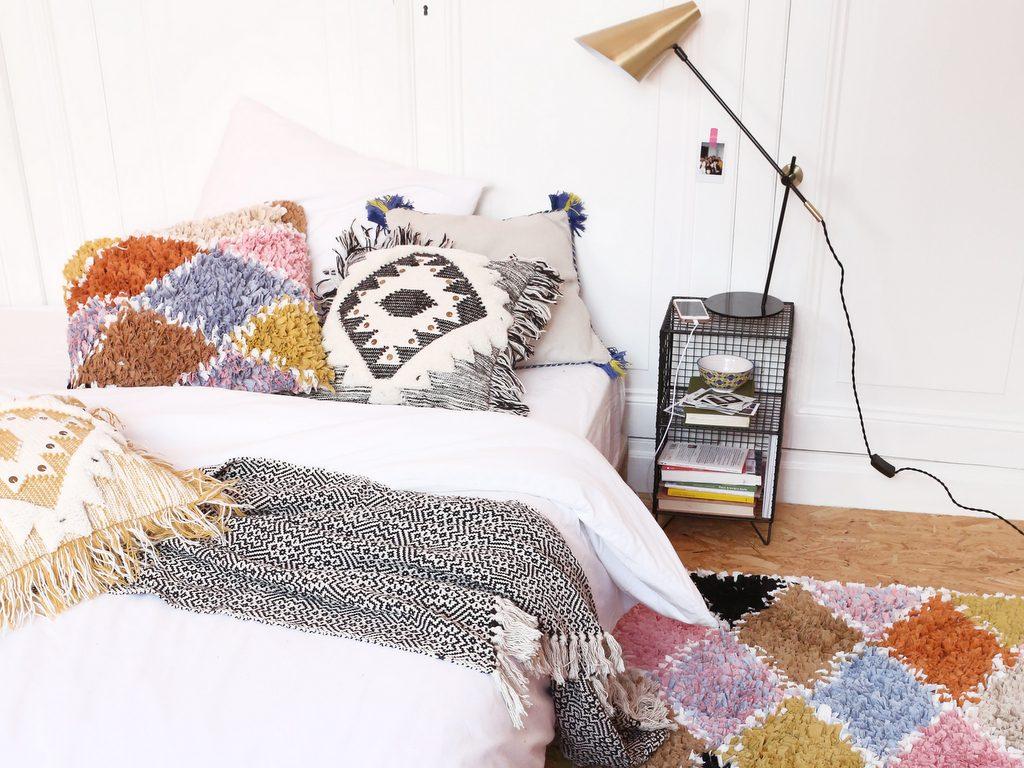 une chambre boh me ponctu e de couleurs joli place. Black Bedroom Furniture Sets. Home Design Ideas