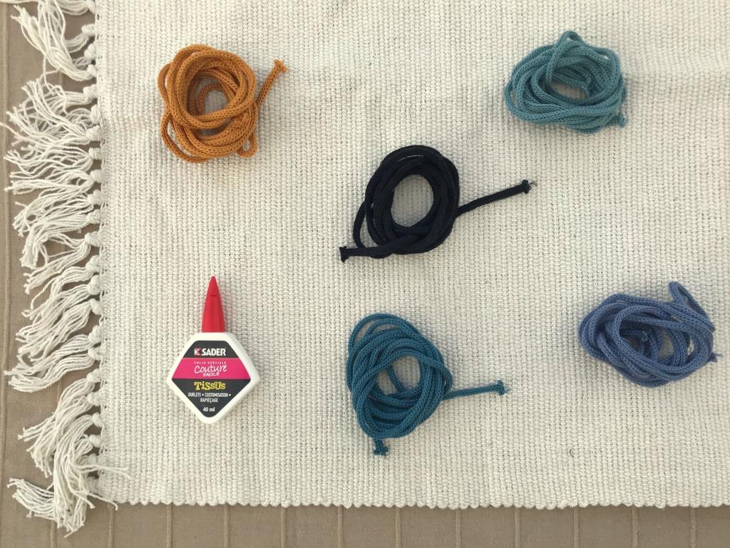 Customiser un tapis avec du tricotin - Joli Place