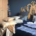 Décorer une chambre en bleu, beige et camel - Joli Place