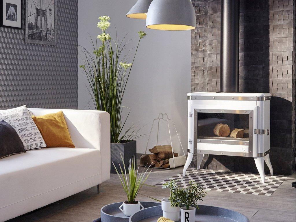 Le poêle à bois blanc crée le contraste - Joli Place