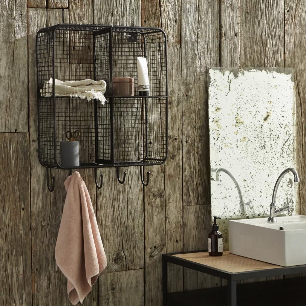 Bois et métal noir : une salle de bain à l'état brut - Joli Place