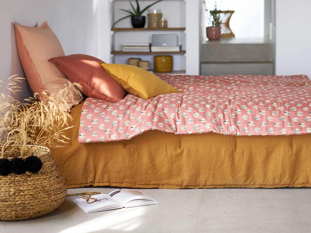 Une décoration de chambre rose, jaune et brique - Joli Place
