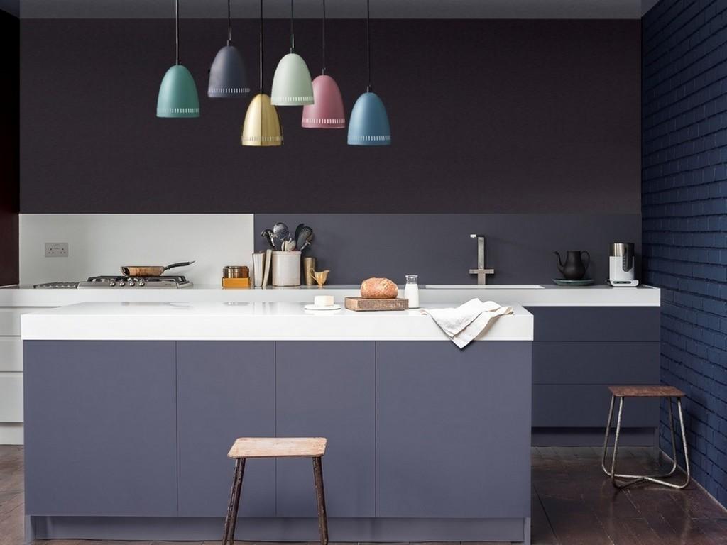 suspensions de couleurs différentes dans cuisine