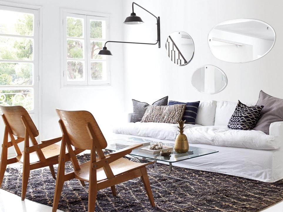 Un salon noir, blanc et bois à la déco ethnique chic - Joli Place