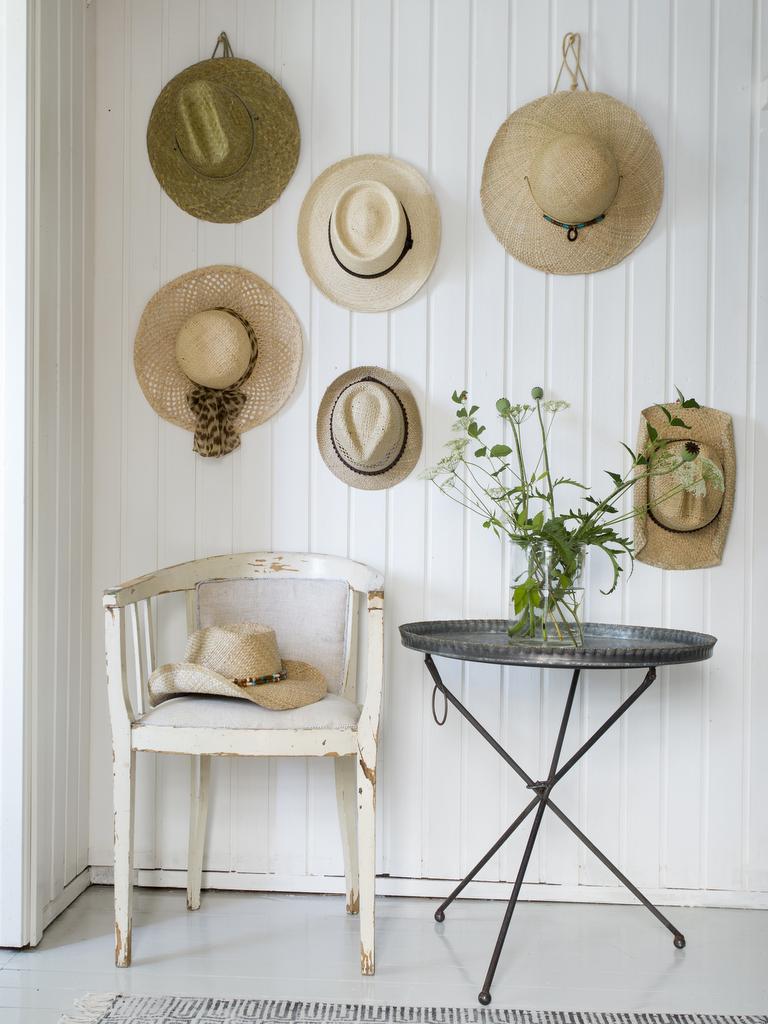Des chapeaux de paille sur le mur - Joli Place