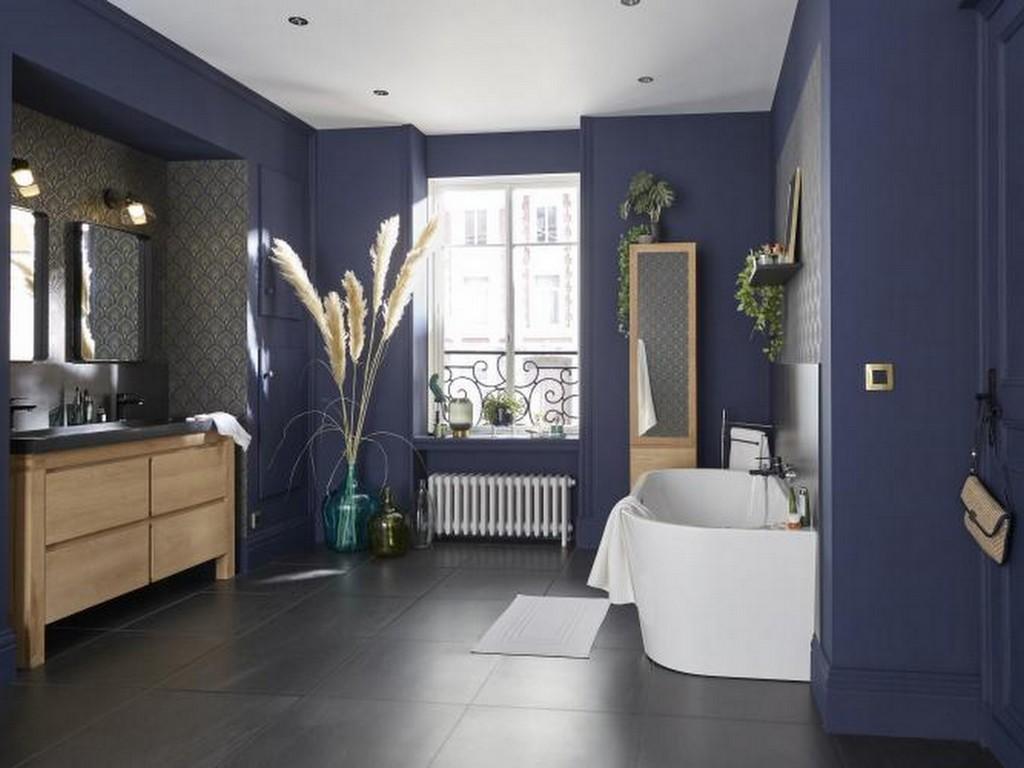 Une salle de bain bleu marine et bois - Joli Place