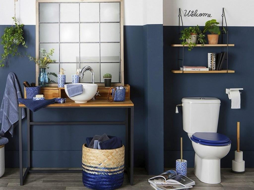 Une déco de salle de bain en bleu marine et bois - Joli Place