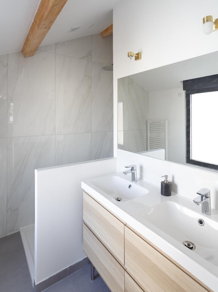 salle de bain blanc bois marbre