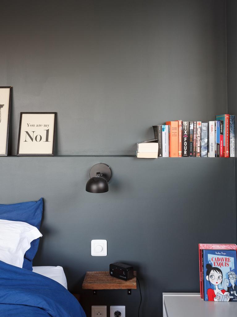 chambre mur gris foncé