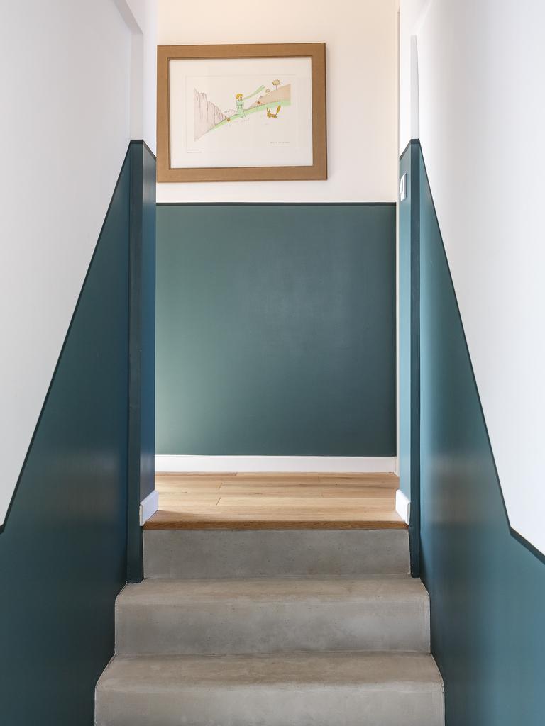 cage d'escalier peint en bleu vert