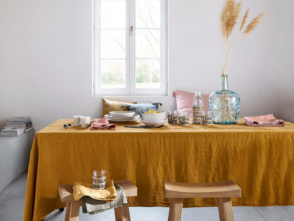 table avec nappe jaune moutarde