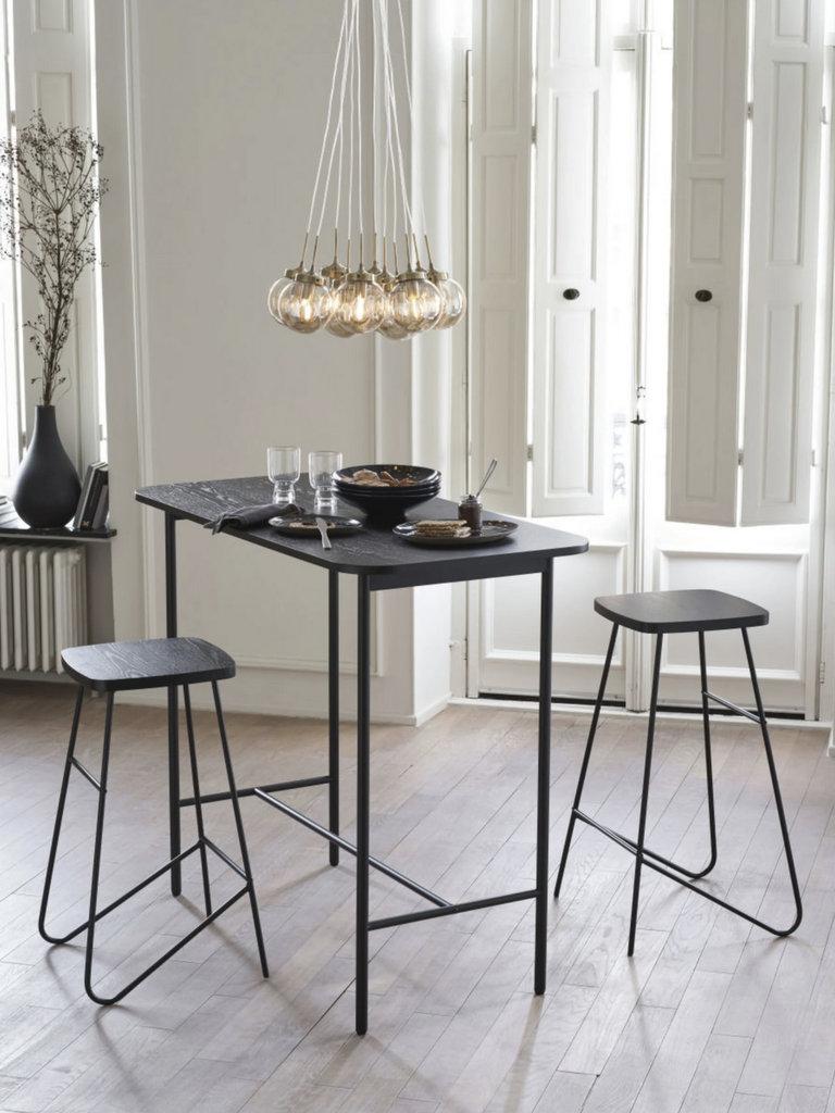 table haute noire et chaises de bar
