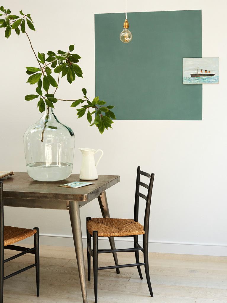 aplat vert sur mur blanc