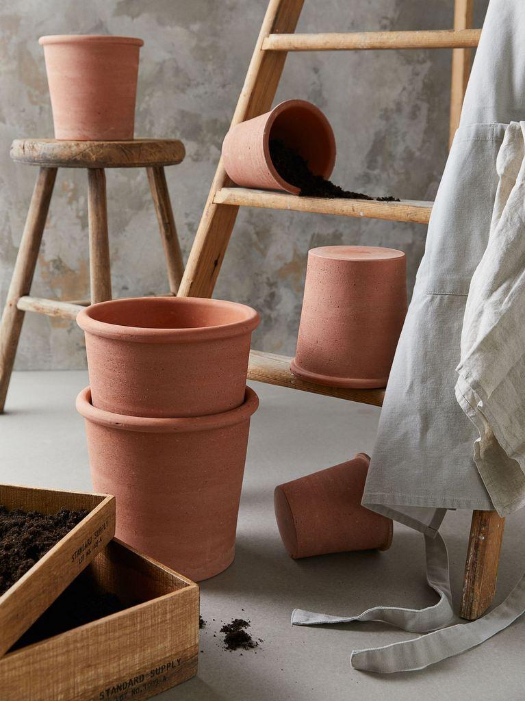 cache-pot design en terre cuite