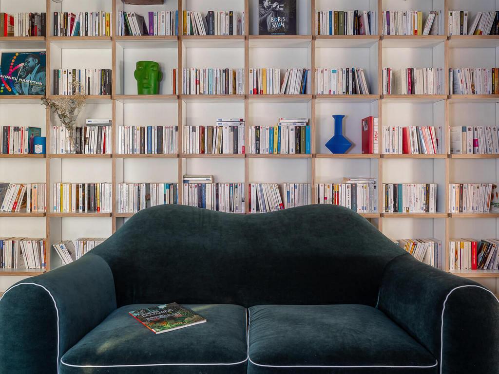 grande bibliothèque sur un mur