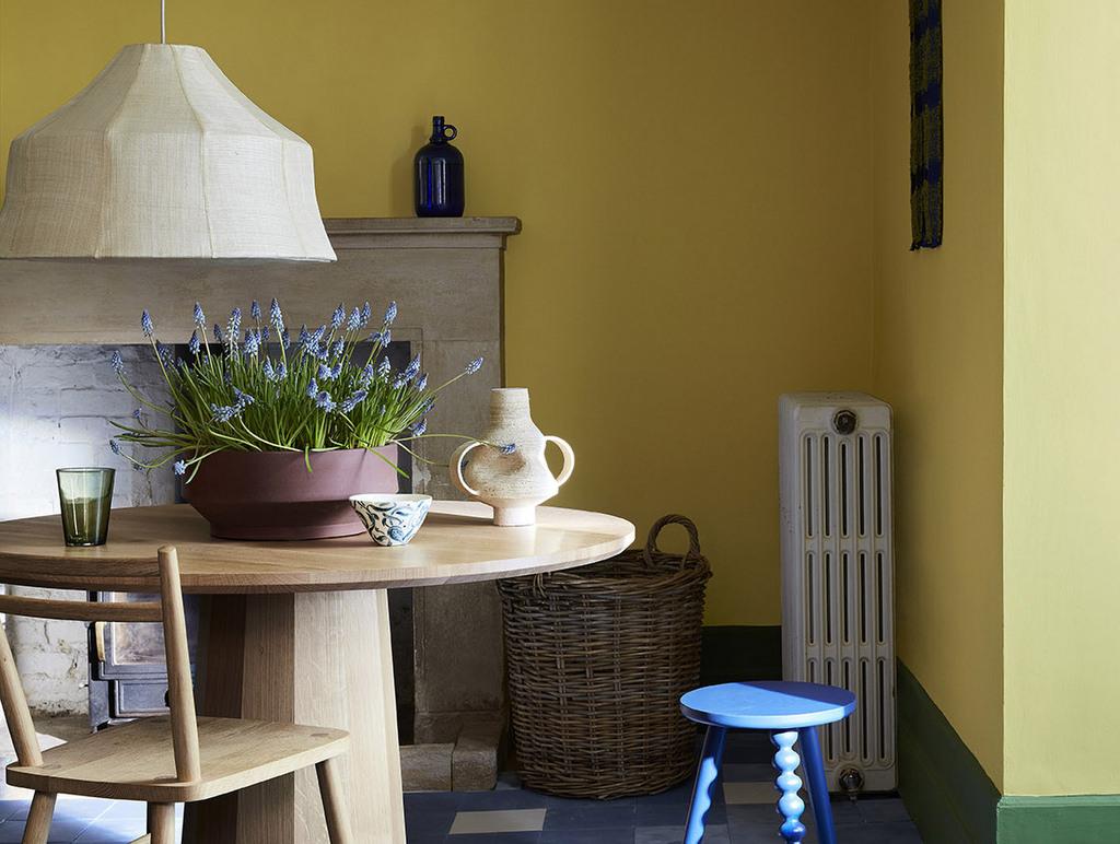 salle à manger avec mur jaune