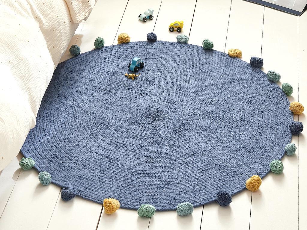tapis rond bleu à pompons