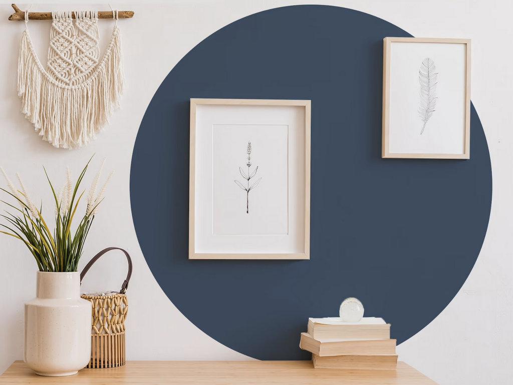 rond bleu marine sur mur