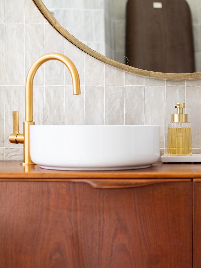robinet doré salle de bain