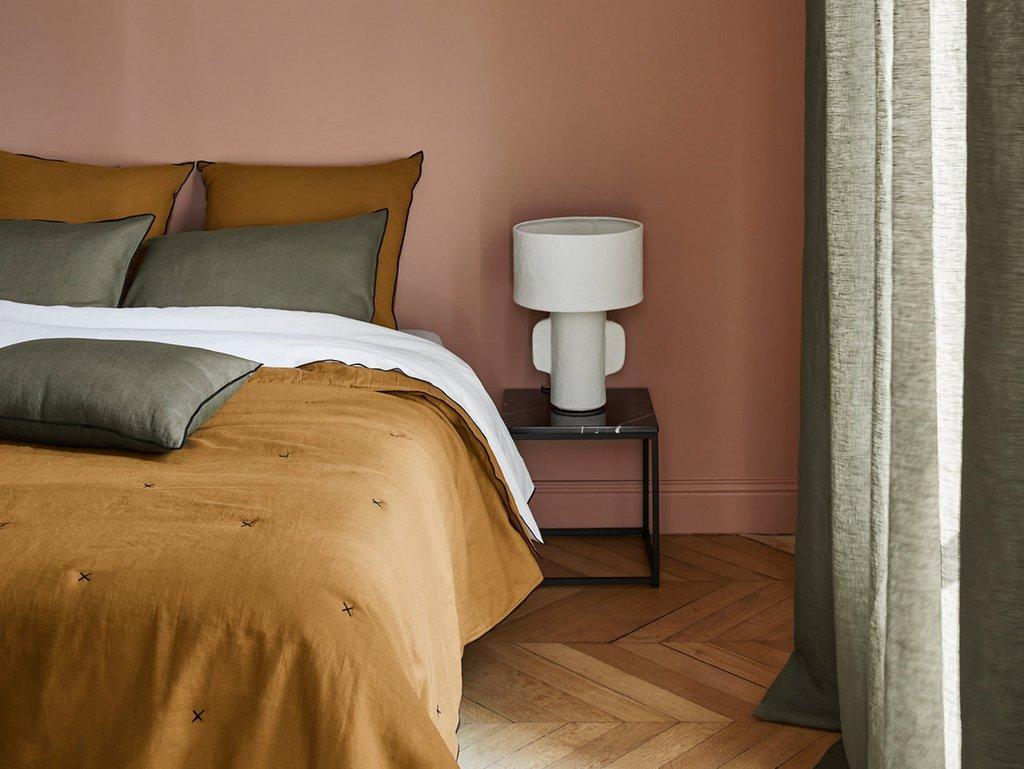 chambre rose jaune et kaki