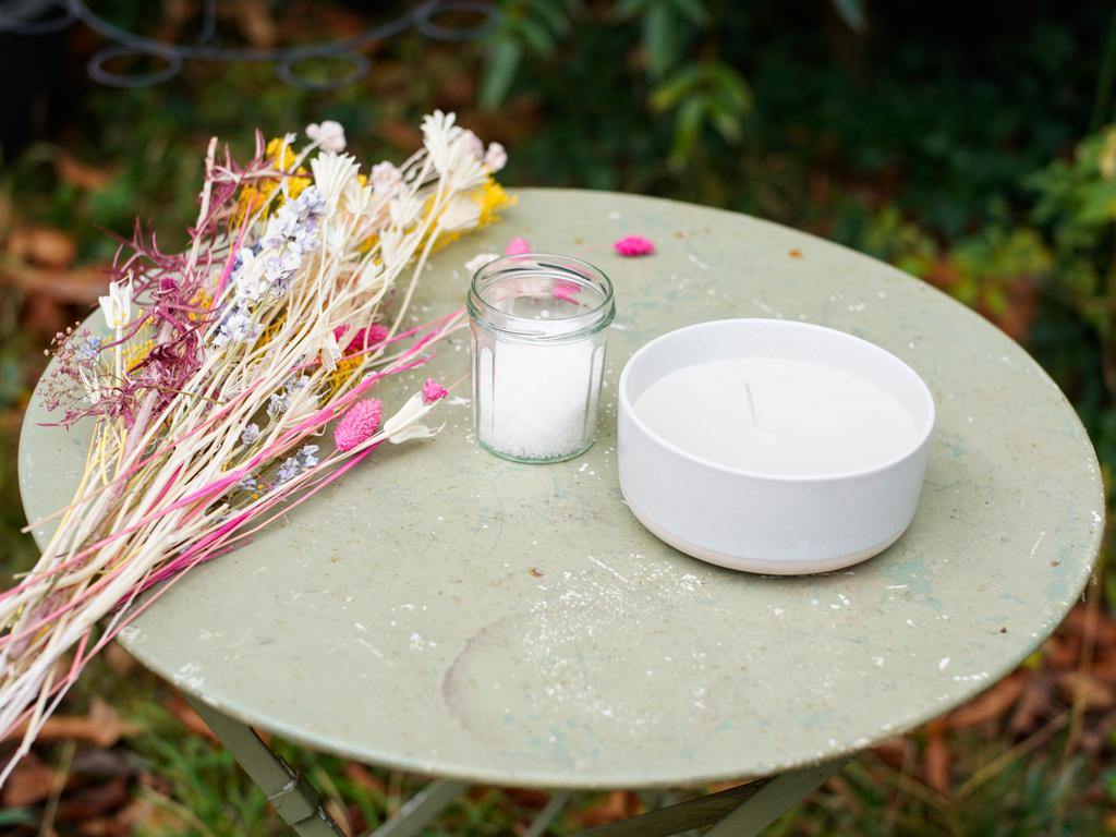 DIY bougie avec fleurs séchées